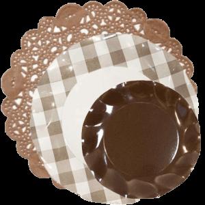 blondamarrón-con-plato-cuadros-vichy-y-plato-marrón