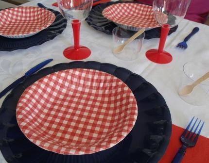 platos azul y rojos