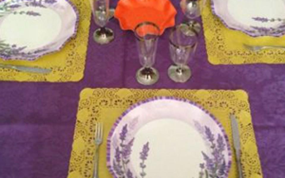 blondas de papel colores usadas como bajoplato