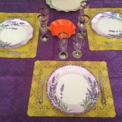 Idea de decoración con platos lavanda