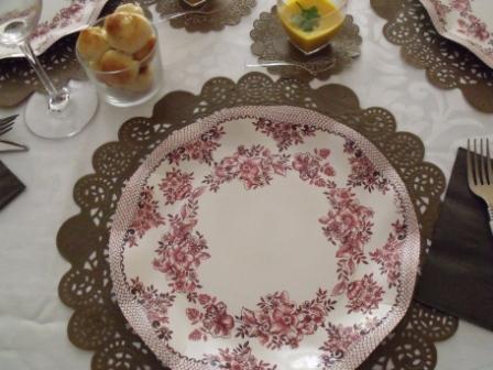 decoración de mesa en tonos marrones y burdeos