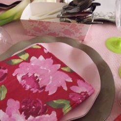 Presentación con servilleta con estampado de peonías - DeFiestaEnCasa