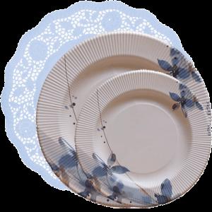 Blonda celeste con platos flores azules
