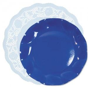 blonda celeste con plato azul cobalto