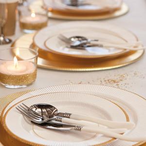 Presentación con plato blanco con filo dorado - DeFiestaEnCasa