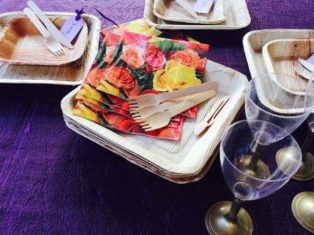 platos-hoja-de-palma con cubiertos de madera