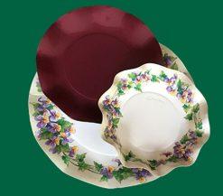 Plato-violetas-con-mantel-verde-01-DeFiestaEnCasa