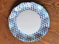 Plato blanco con filo azul chevrón