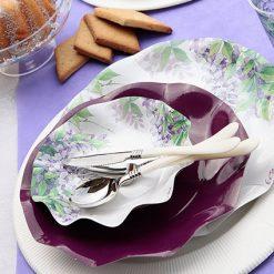 Platos con flores lilas